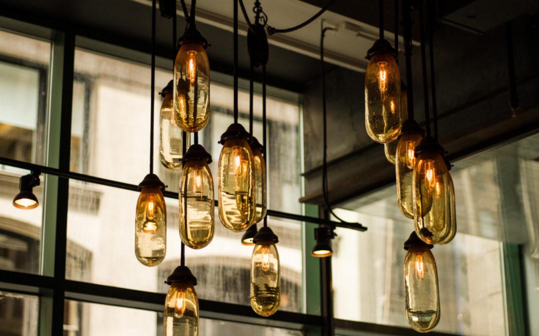 Nastrojowa sypialnia – pomysły na dekoracyjne oświetlenie wnętrza